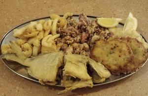 Menú de pescaito frito con botella de vino para 2